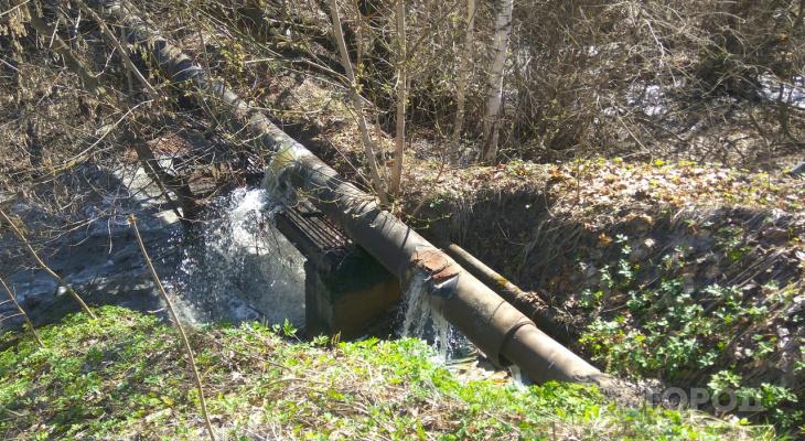 В Вурнарах из прорванной трубы в реку льется зловонная жидкость