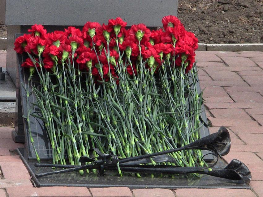 Амурские следователи возложили цветы к мемориалу павших воинов