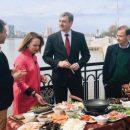 Василий Орлов и Сергей Брилев приготовили «суп дружбы» на набережной Амура