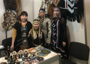 Амурские эвенки показали в Москве национальные костюмы и обереги из меха и бисера