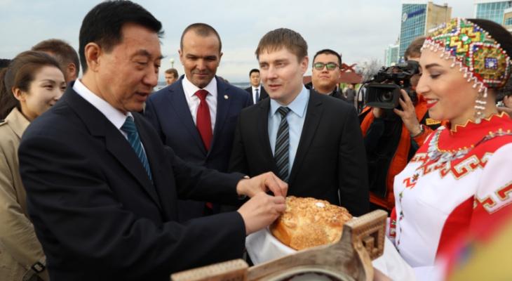 В Чебоксарах с караваем встретили члена Госсовета Китая