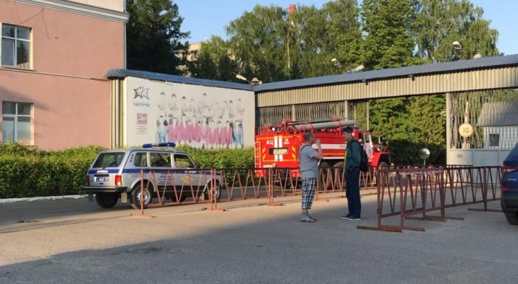 На возгорание в Агрегатном заводе приехало более 10 машин МЧС