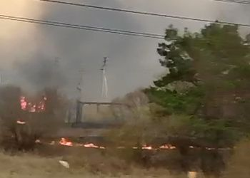 Крупный пал подошел к дачам во Владимировке