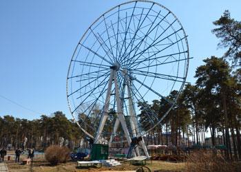 Люди застряли на колесе обозрения в горпарке Белогорска