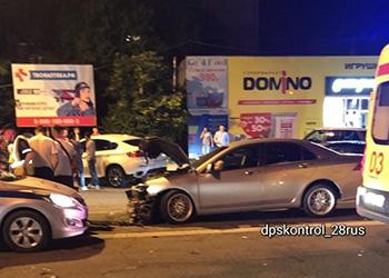 В центре Благовещенска столкнулись четыре авто