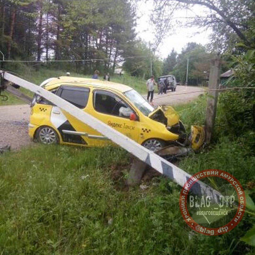 В Благовещенском районе таксист сбил электроопору