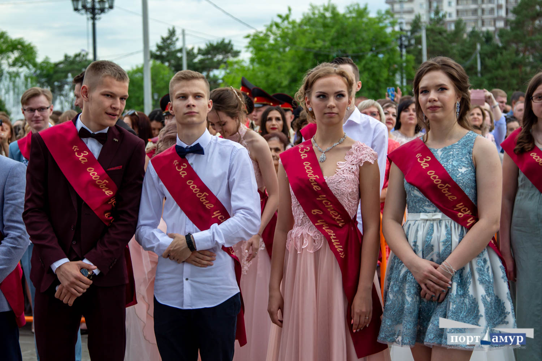 Медали, вечерние наряды и поздравления: в Благовещенске прошел выпускной вечер