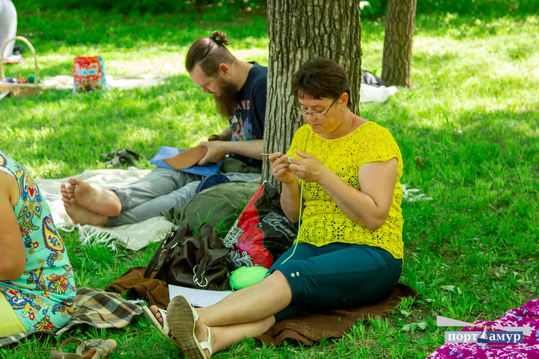 В парке Благовещенска вязали полсотни горожанок