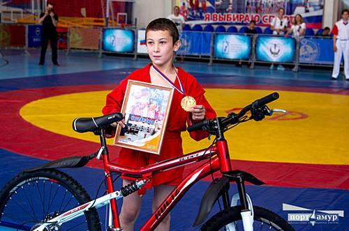 Лучшие самбисты Дальнего Востока получили велосипеды