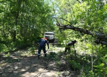 Спасатели расчищают после паводка проезд к селу Бысса