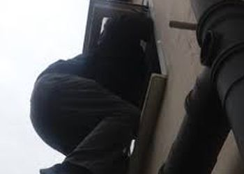Незадачливая воровка застряла в оконной решетке магазина