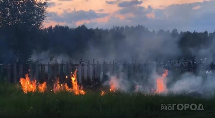 В Алатыре горит кладбище