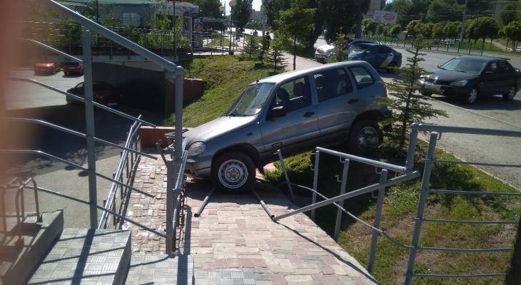 В Чебоксарах Chevrolet Niva протаранила лестничные перила