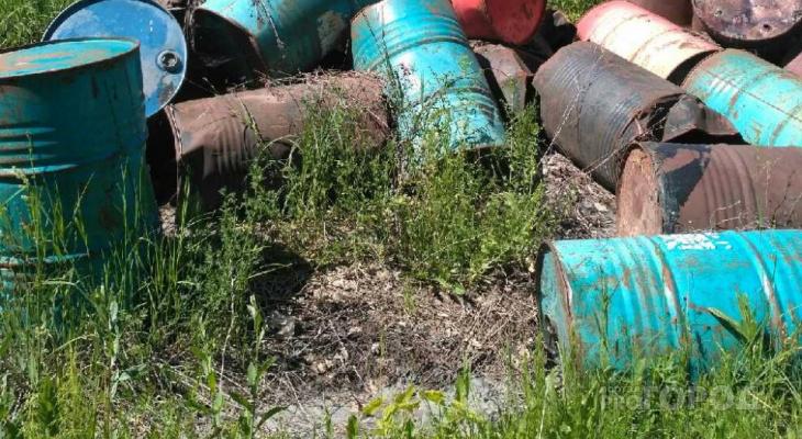 В Чебоксарском районе из свалки бочек вытекает жижа и прожигает землю