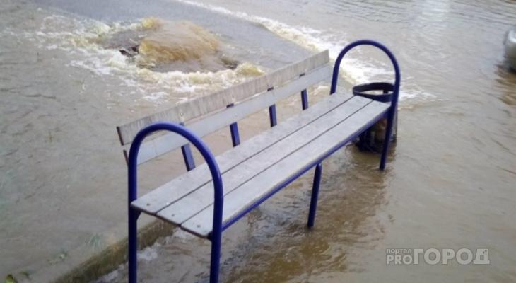 В Новоюжном районе из канализационного люка целый час хлещет вода