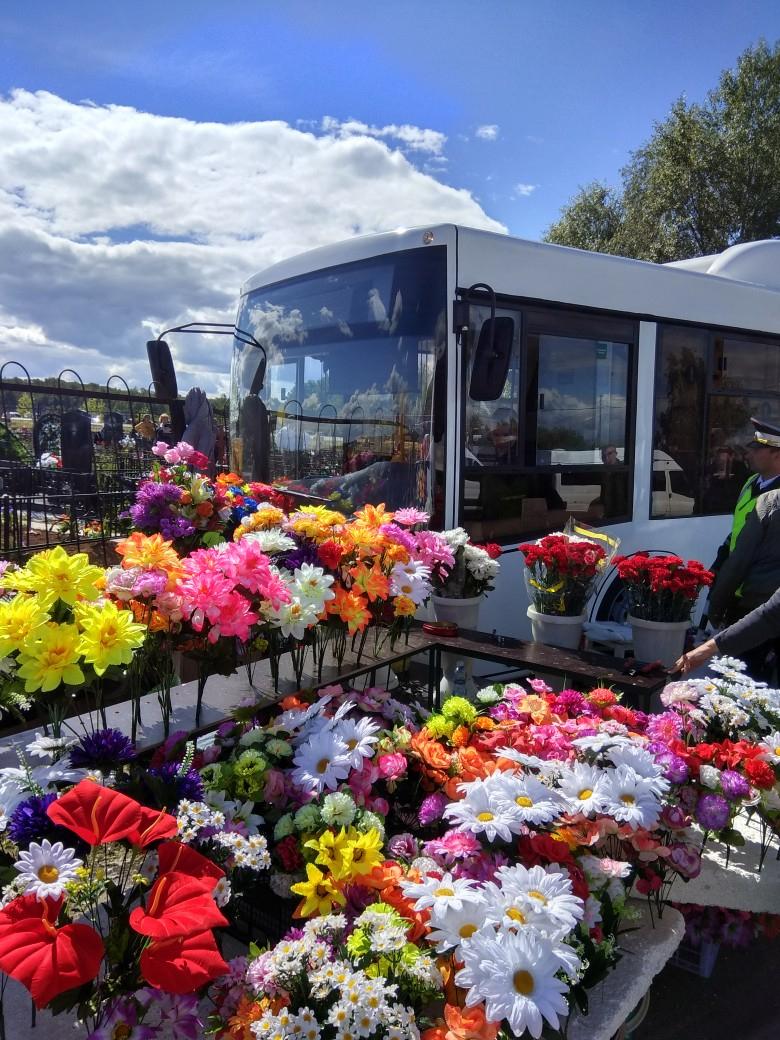 На кладбище в Яушах автобус взял на таран точку по продаже цветов