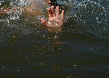 Благовещенский спасатель вытащил из воды тонущего ребенка