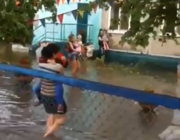 Двое парней устроили заплыв по улице в Благовещенске