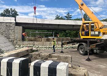 Под мостом в Белогорье сооружают защитную дамбу