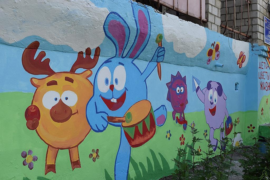 Яркие граффити украсили детскую поликлинику в Зее