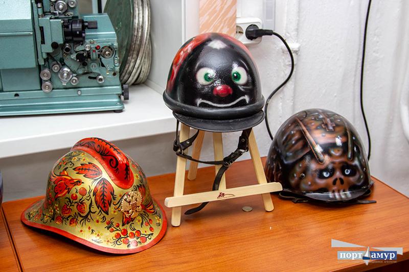 Судмедэксперт из Приамурья создает уникальные картины на мотоциклетных шлемах