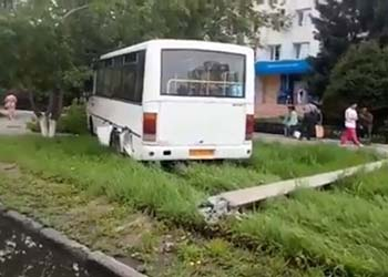 Рейсовый автобус в Благовещенске въехал на газон и сбил столб