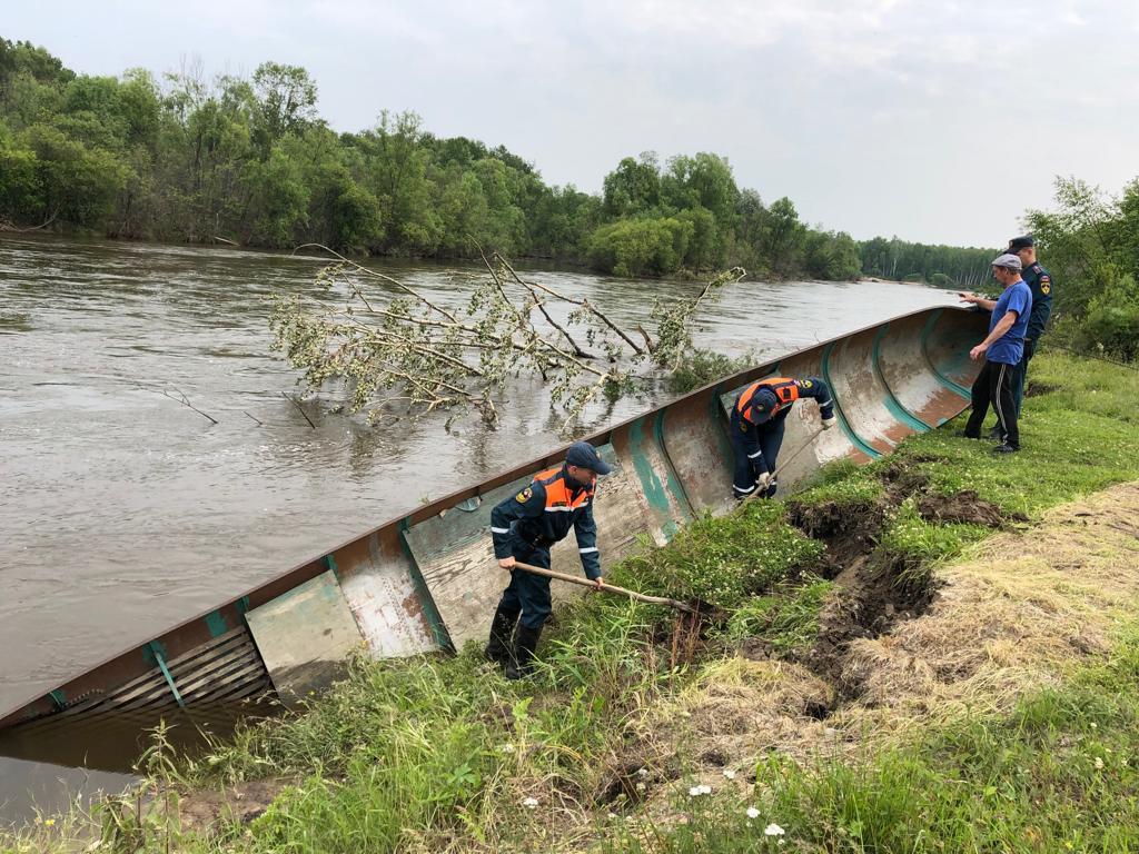 Спасатели подняли «утонувшую» в протоке Селемджи лодку