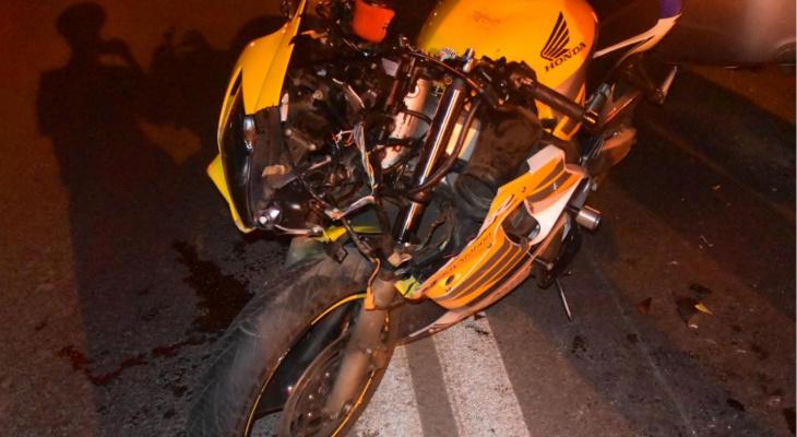 В Чебоксарах пострадал мотоциклист, который влетел в