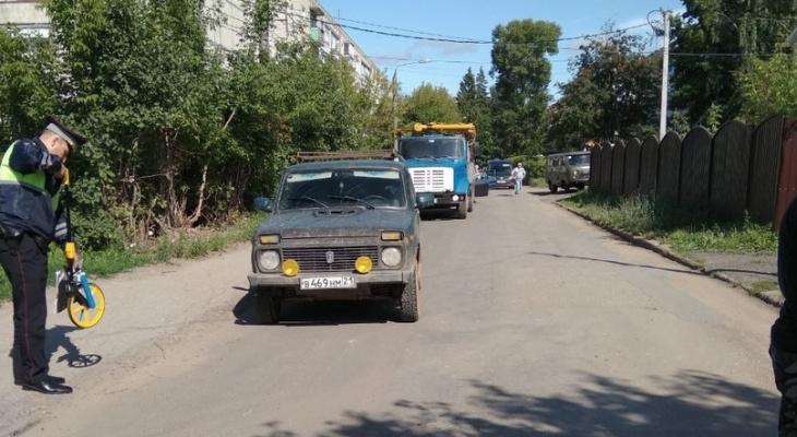 В Чебоксарах 11-летний мальчик погнался за мячом и попал под машину