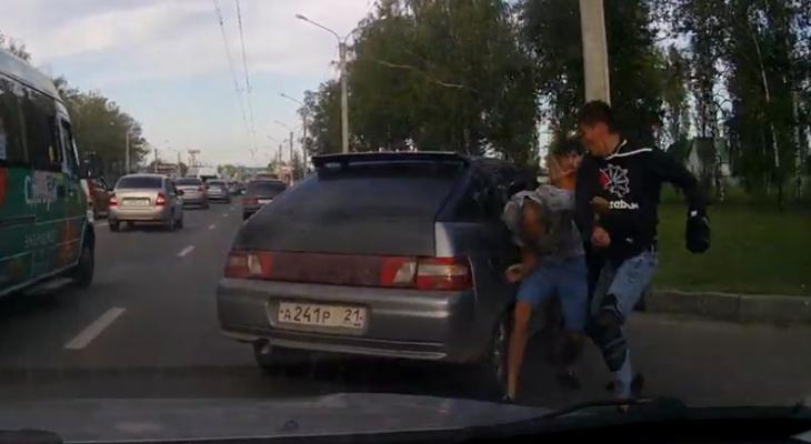 Байкер и автомобилист провели бой на Марпосадском шоссе