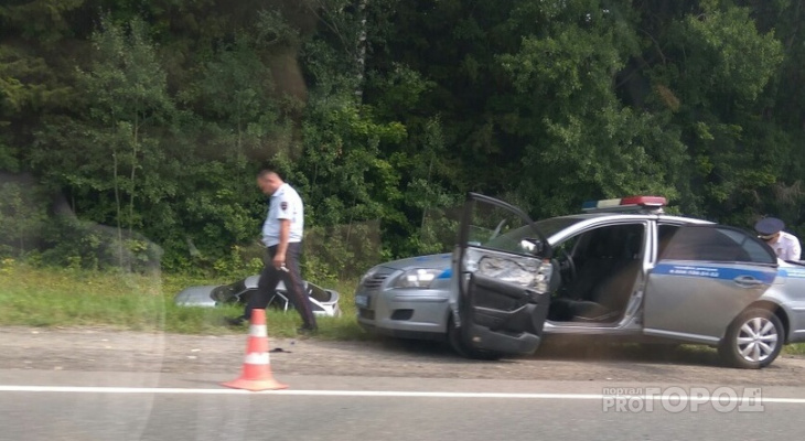 В Чебоксарах автомобиль ГИБДД приехал на место аварии и уехал на эвакуаторе