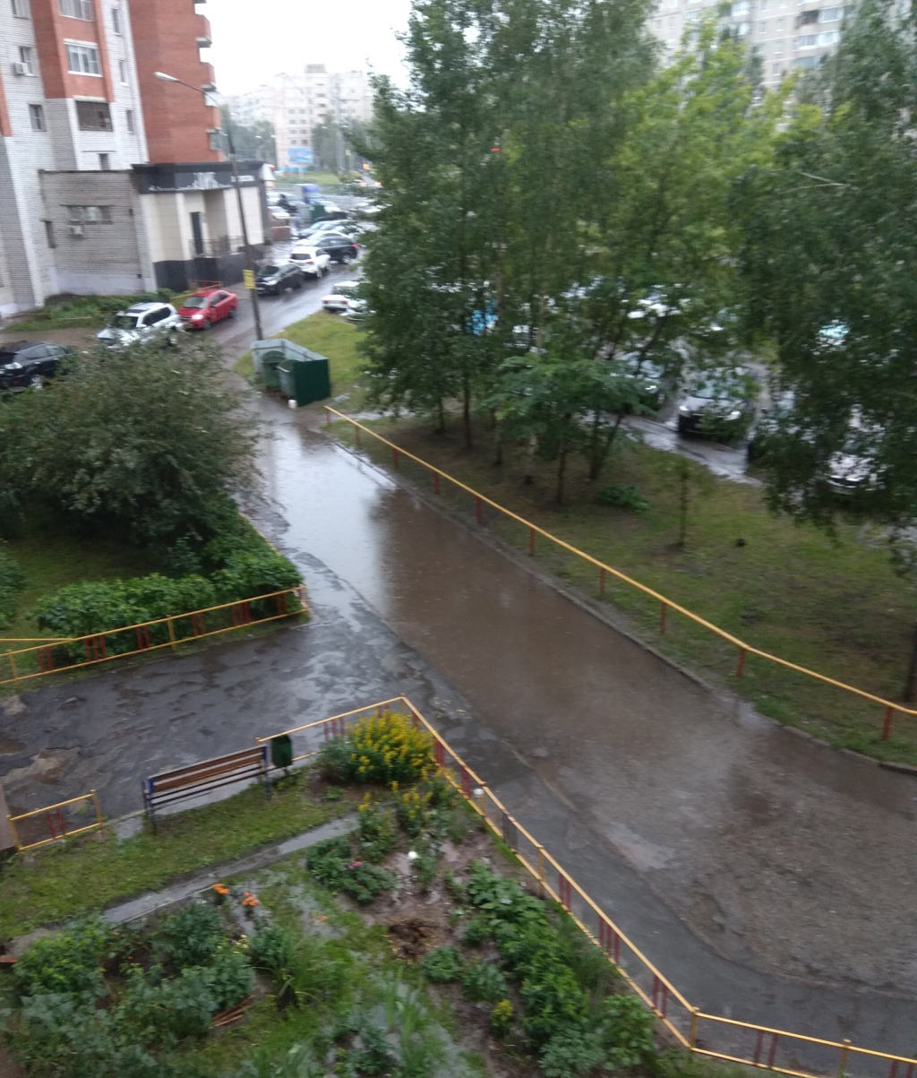 Выходные жителям Чувашии испортили большие лужи после дождя в квартирах и возле домов