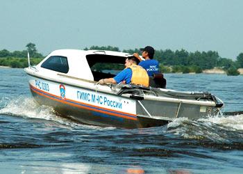 Спасатели сняли семью с заглохшего посреди Зеи катера