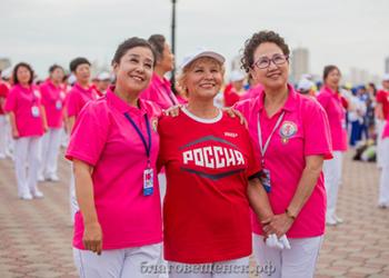 Танцующие пенсионеры из Благовещенска получили кубок главы района Айгунь