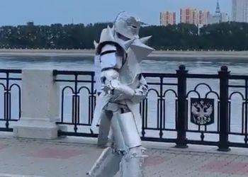 По набережной Амура прогулялся рыцарь из аниме