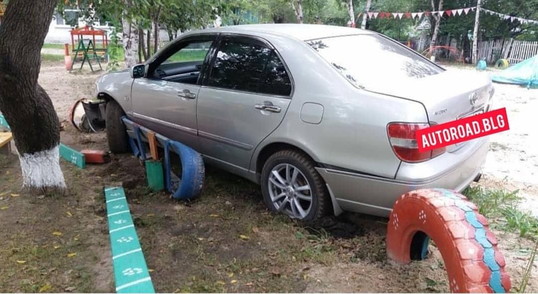 В Екатеринославке машина вылетела на площадку детского сада
