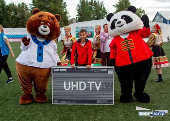 Телевизор на футбольном матче в Благовещенске разыграли с третьего раза
