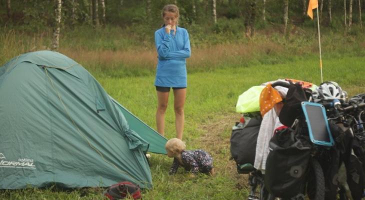 Семья Тенче на пути в Данию осталась с 26 рублями и дырявым колесом