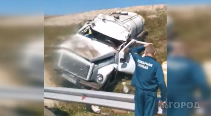 Грузовик не вписался в поворот на трассе в Янтиковском районе