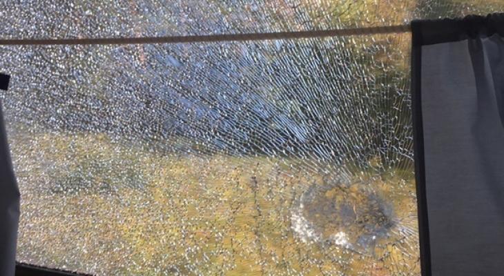 В Канаше неизвестные забрасывают поезда камнями