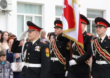 Новобранцев Амурского кадетского корпуса учат маршировать и собирать оружие
