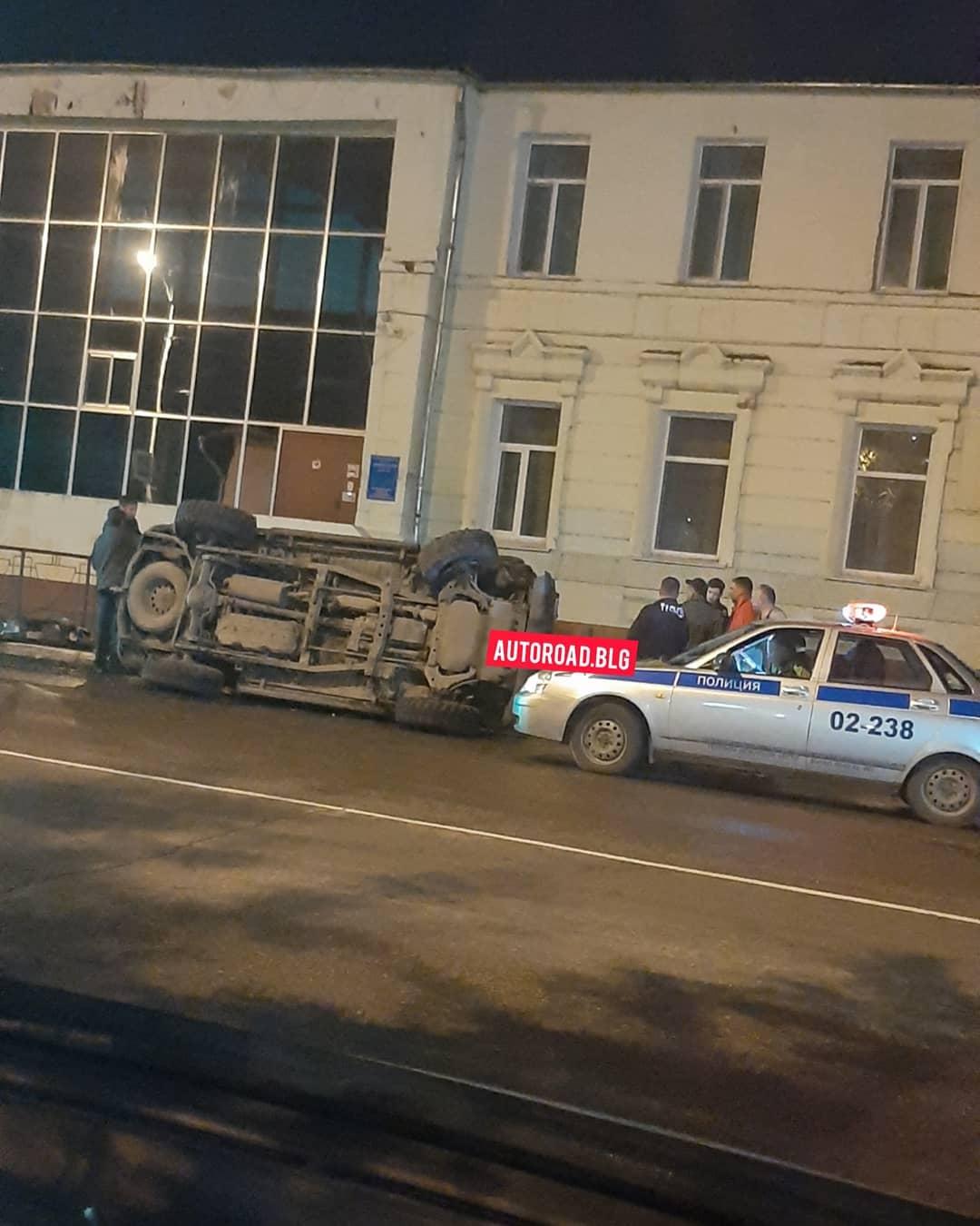 Внедорожник в Благовещенске протаранил стоящее авто