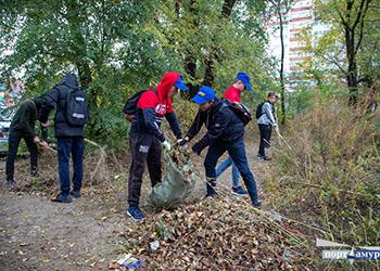 Благовещенские студенты вывезли с берега Бурхановки сто мешков мусора