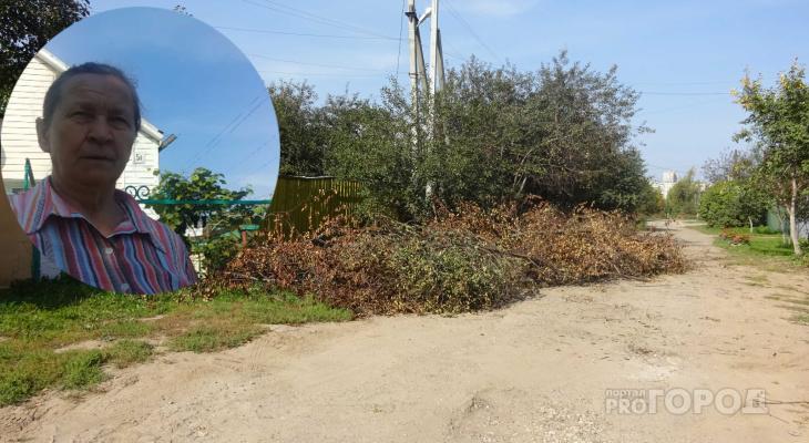 Жители Южного поселка перегородили ветками дорогу транспорту