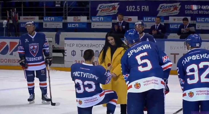 В Чебоксарах хоккеист забил шайбу и сделал предложение девушке на льду