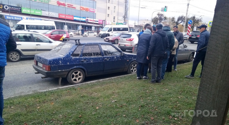 Под «цементный дождь» в районе «Мега Молл» попало порядка 12 машин
