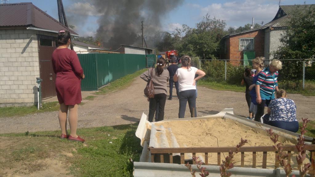 Около Канаша загорелся дом, пламя перекинулось на столб электропередачи