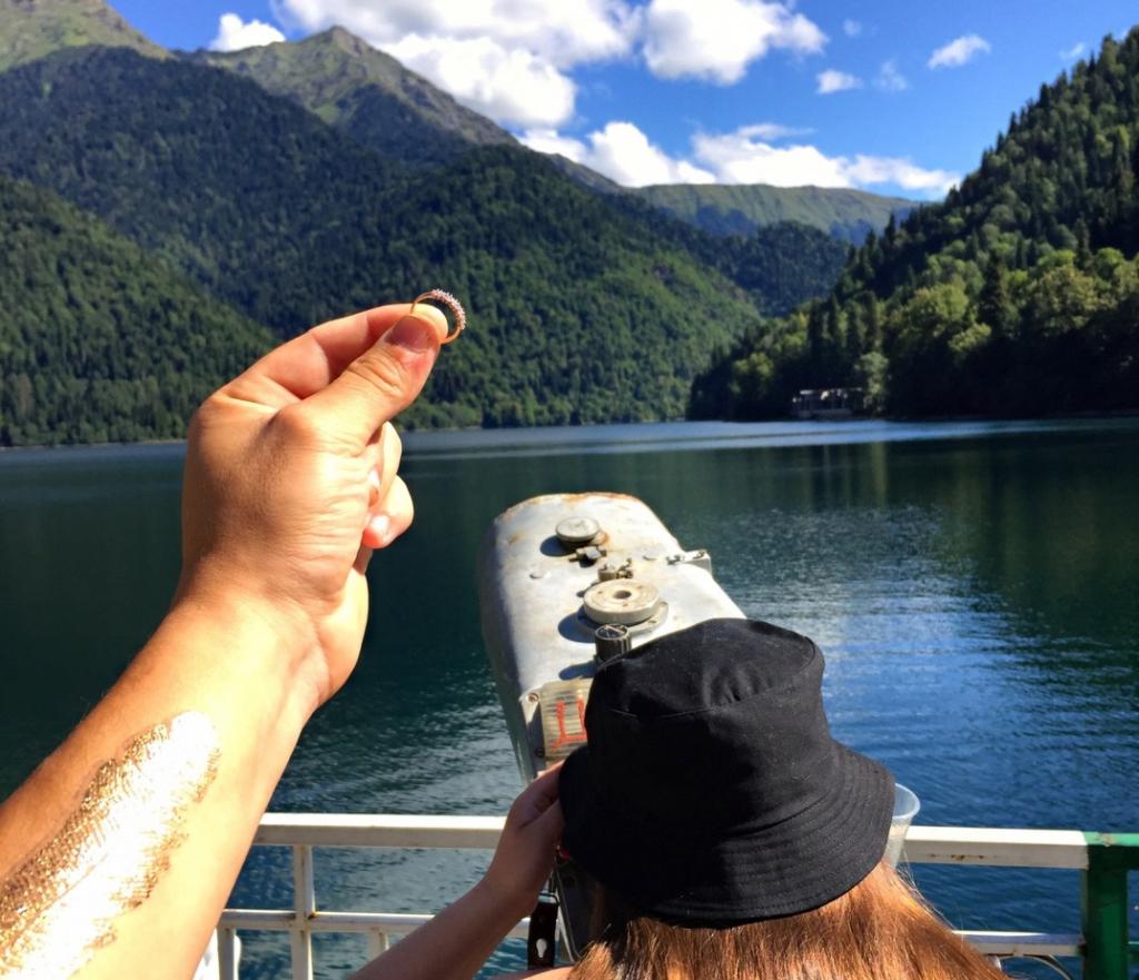 Новочебоксарец тайно фотографировал девушку с обручальным кольцом перед предложением