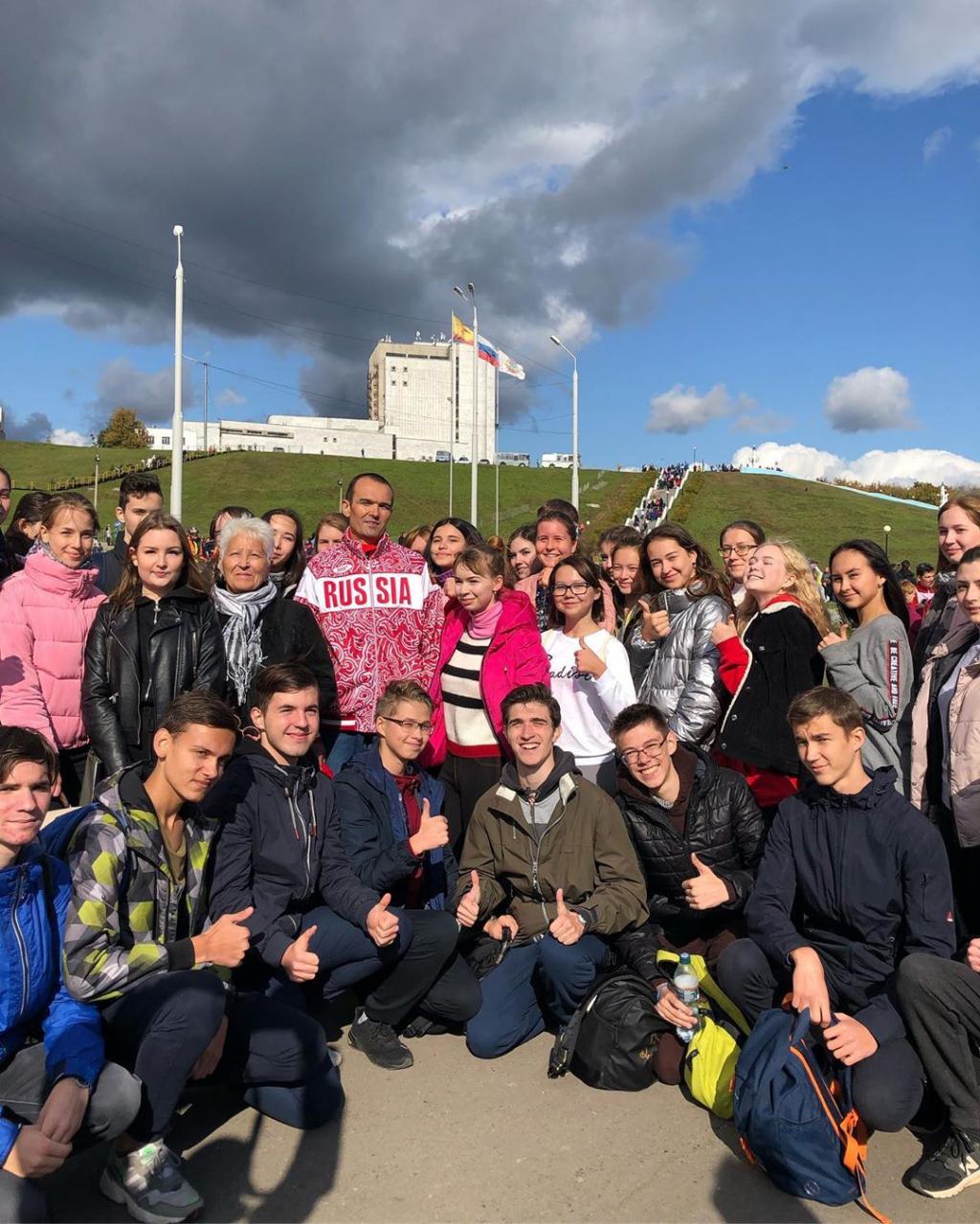Игнатьев принял участие в «Кроссе нации-2019» и сделал селфи с бегунами