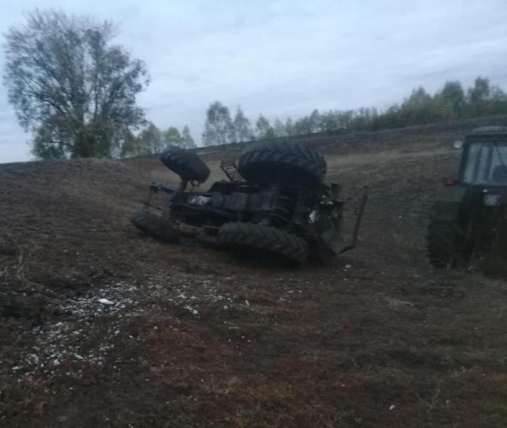 В Чувашии госпитализировали мужчину, который на тракторе опрокинулся в кювет